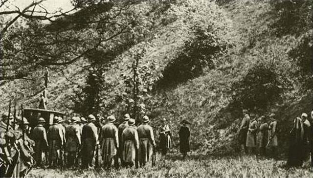Une petite histoire par jour (La France Pittoresque) - Page 3 1920px-the_execut..._in_1917-53f3b5e