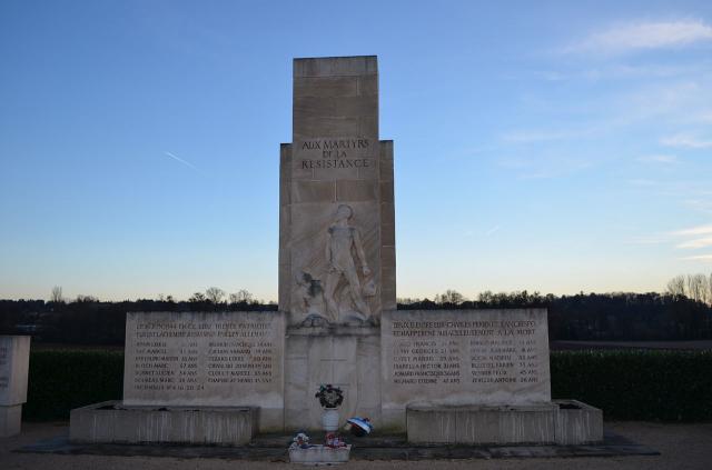 Une petite histoire par jour (La France Pittoresque) - Page 10 Monument_des_roussilles_-_2-54c1ab3