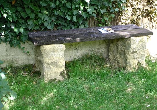 Jardin d 39 eau un banc tout simple for Banc de jardin en ciment