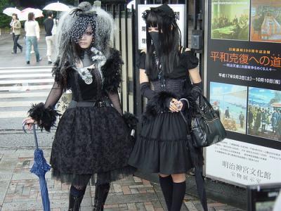 Ici la poupée est tout de noir vêtue, parfois quelques couleurs, mais le  tout reste très sombre. Les formes ne sont plus vraiment les mêmes puisque  ici le
