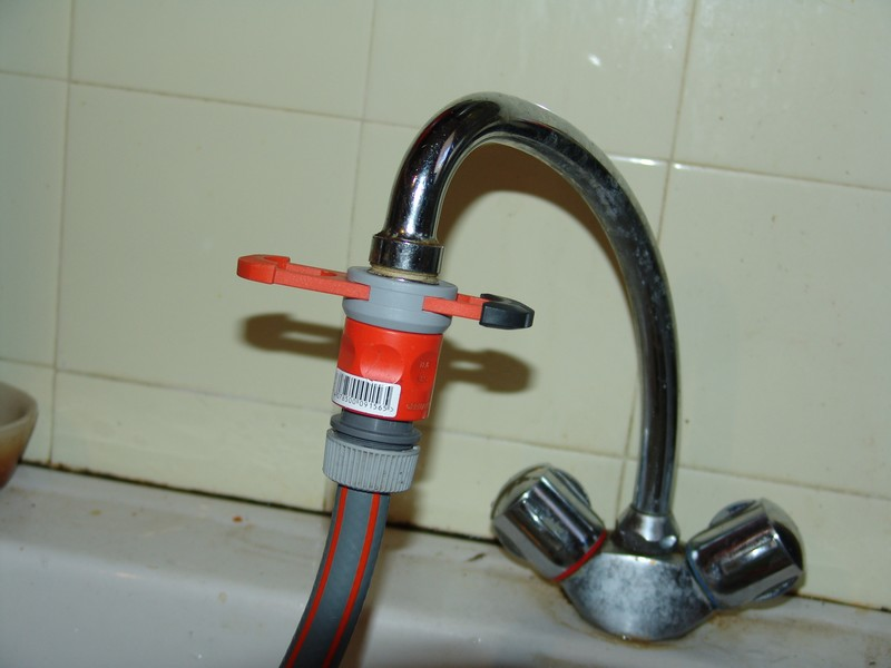 Raccordement du tuyau au robinet for Adaptateur robinet interieur tuyau arrosage