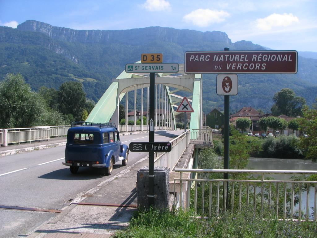 Les renault d 39 avant guerre renault juvaquatre gendarmerie for Garage vercors pneus