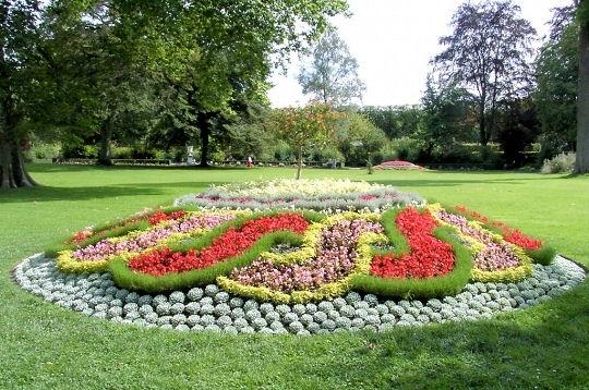 Passions et partage massifs et parterres floraux for Jardin a la francaise versailles
