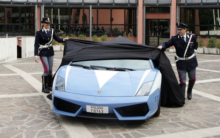 chez fabienne et christian une nouvelle voiture de patrouille dans la police italienne. Black Bedroom Furniture Sets. Home Design Ideas