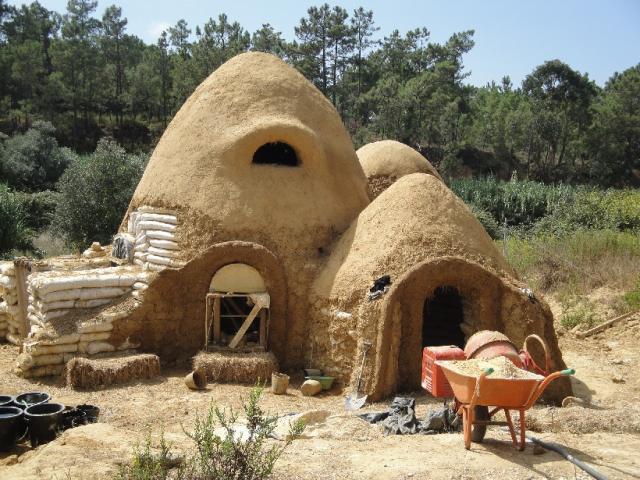 Dirty monkey earth bag projet d 39 un pote de maison en terre vous connaissez - Construire une maison en terre ...