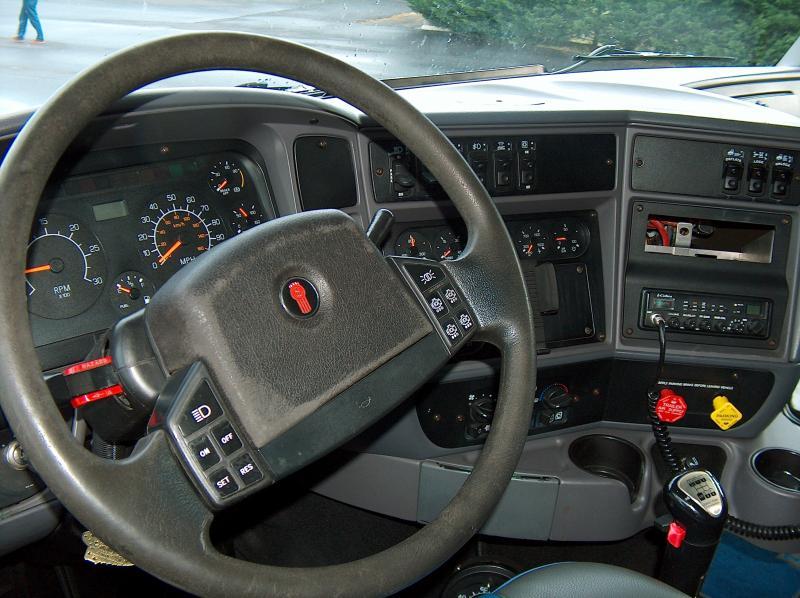 L amerique a sancoins camions americain for Camion americain interieur cabine