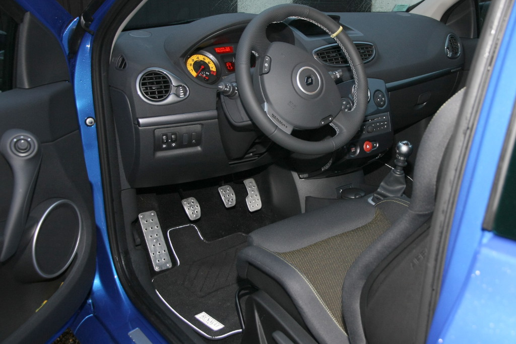 ma clio 3 rs cup sur circuit clio rs concept. Black Bedroom Furniture Sets. Home Design Ideas