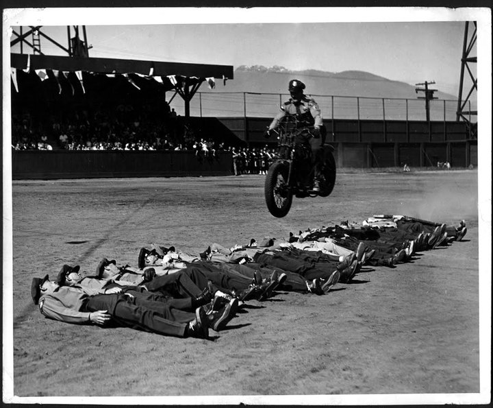 Vieilles photos (pour ceux qui aiment les anciennes photos de bikers ou autre......) - Page 3 24209_10-38906e1
