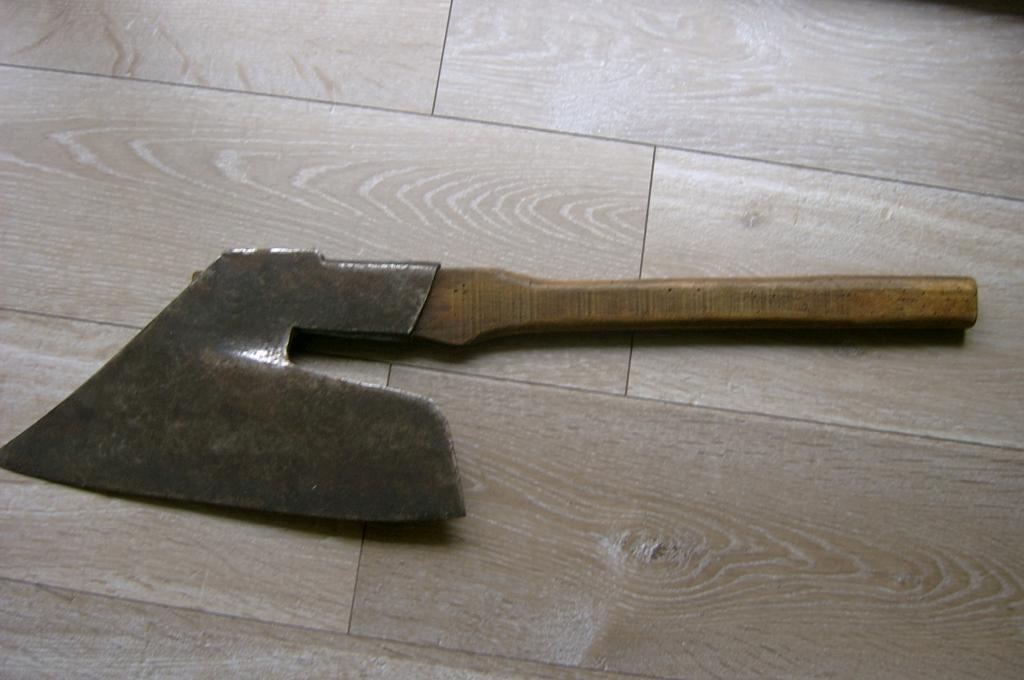 outils anciens art populaire echange hache de charpentier contre hache de sabotier. Black Bedroom Furniture Sets. Home Design Ideas