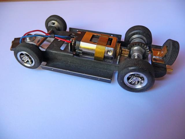 LOLA T70 au 1/32 et chassis COX P1080711-1--40c8437