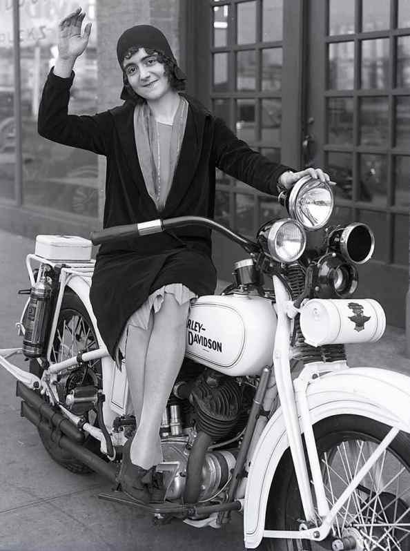Vieilles photos (pour ceux qui aiment les anciennes photos de bikers ou autre......) - Page 3 Women1-42c8f0f