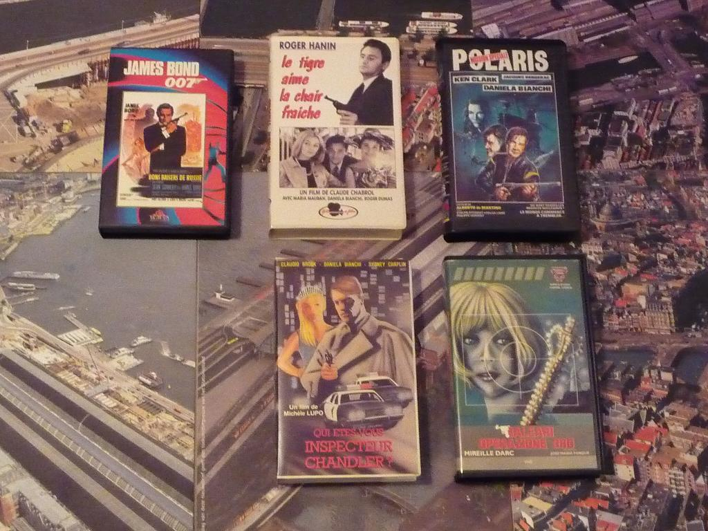 quelques VHS / DVD liés à James Bond ou aux James Bond Girls 011a-p1140372-42de747